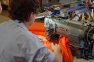 die Maschine hat einen speziellen Aufsatz, welcher den Stoff automatisch faltet und das Lastband hinzufügt